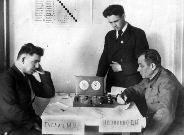 Играют М. Гуслиц и Д. Назарько (примерно 1950 г.)